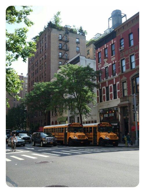 New Yorker Straße mit Schulbussen